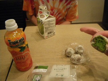 Hannah and Becki bought some drinks, rice balls, and green doughnuts for breakfast from the convenience store.