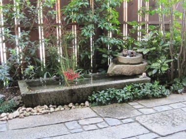 Beautiful atmosphere at the restuarant: here's the garden at Yaokan Restuartant in Kyoto, Japan.